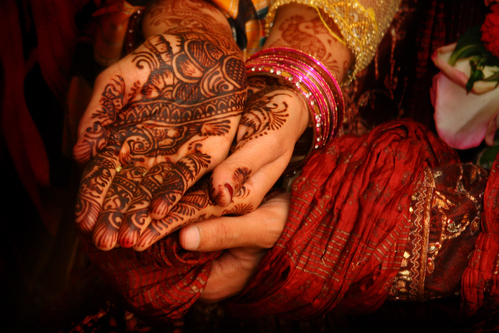 mariage-henne-musulman-tradition-femme-main-main-10781407