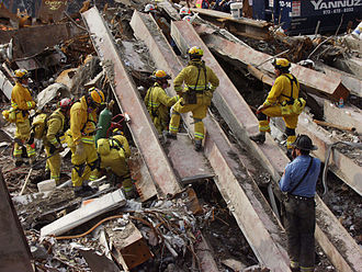 911 (911 +++) 330px-FEMA_-_4062_-_Photograph_by_Michael_Rieger_taken_on_09-21-2001_in_New_York