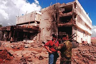 Kenia 330px-The_U.S._Embassy_in_Dar_es_Salaam,_Tanzania,_in_the_aftermath_of_the_August_7,_1998,_al-Qaida_suicide_bombing